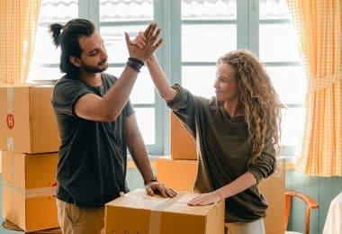 Un couple qui se tape dans la main