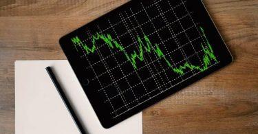 Une tablette avec la courbe de bourse